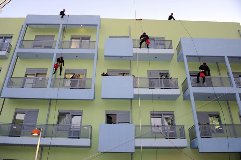 Ο Άγιος Βασίλης «έπεσε» από την… ταράτσα – Από μπαλκόνι σε μπαλκόνι μοίρασε δώρα σε παιδιά με καρκίνο [pics]