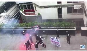 Φασίστες πολιόρκησαν τα γραφεία της La Repubblica – Πέταξαν καπνογόνα στους εργαζόμενους [vid]