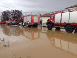 Βουλιάζει στο νερό η Ροδόπη! 25 ανθρώπους απεγκλώβισαν οι πυροσβέστες σε χωριό [pics, vid]