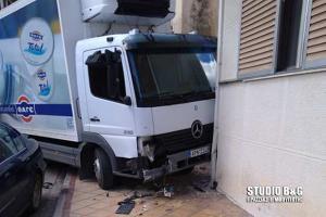 Φορτηγό έπεσε σε σπίτι στο Άργος! [pics, vid]