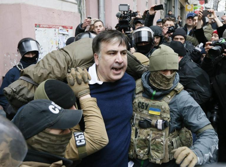 Ο πρώην πρόεδρος της Γεωργίας απειλούσε να πέσει από μια ταράτσα ... 06c5b001960