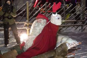 Άγιος Βασίλης: Μοιράζει δώρα… live! Δείτε πού βρίσκεται τώρα!