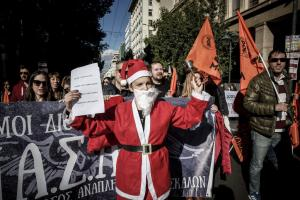 24ωρη απεργία: Ολοκληρώθηκαν οι πορείες στο κέντρο της Αθήνας – Πορεία έκανε και ο… Αγιος Βασίλης