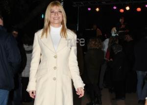 Φαίη Σκορδά: Ντυμένη στα λευκά σε χριστουγεννιάτικη εκδήλωση [pics]