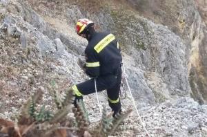 Δύσκολη επιχείρηση για τη διάσωση σκύλου στην Κοζάνη [vid]