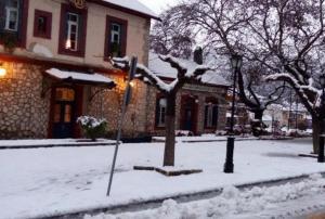 Αχαϊα: Τα χιόνια έφεραν διακοπές ρεύματος – Μάχη για να μην κλείσει ο δρόμος στα Καλάβρυτα!