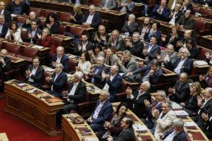 Κατάσταση έκτακτης ανάγκης στην κυβέρνηση – Βουλευτές απειλούν να καταψηφίσουν την τροπολογία Κοντονή για τους πλειστηριασμούς