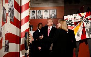 Τραμπ: Μίλησε κατά του ρατσισμού αλλά… του γύρισαν την πλάτη!