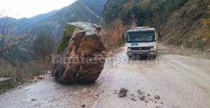 Ευρυτανία: Άγιο είχαν! Τεράστιος βράχος έπεσε στο δρόμο! [pics]