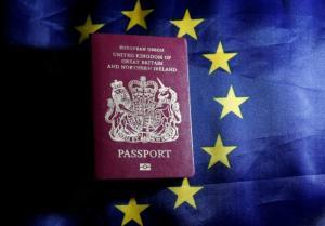 Τέλος το μπορντό χρώμα στα Βρετανικά διαβατήρια – Το Brexit φέρνει πίσω το βαθύ μπλε
