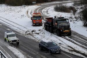 «Παραλύει» η Βρετανία από «κύμα» ψύχους – Χάος σε δρόμους και αεροδρόμια από την σφοδρή χιονόπτωση [pics]