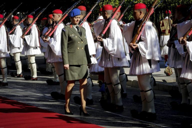 Μια ξανθιά στους τσολιάδες της Προεδρικής Φρουράς! | Newsit.gr