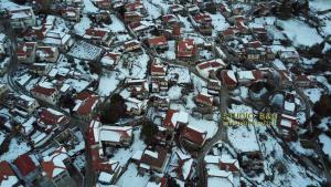 Μαγεία! Βόλτα με… drone στο χιονισμένο Κολοκοτρωνίτσι [vid]