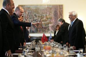 Το απλωμένο χέρι του Ερντογάν – Μια φωτογραφία όλη η επίσκεψη!