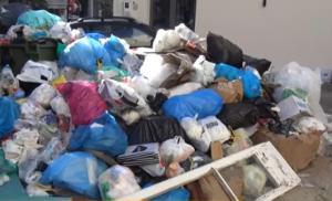 Άρχισαν να μαζεύουν τα σκουπίδια στη Ζάκυνθο μετά από δύο μήνες!