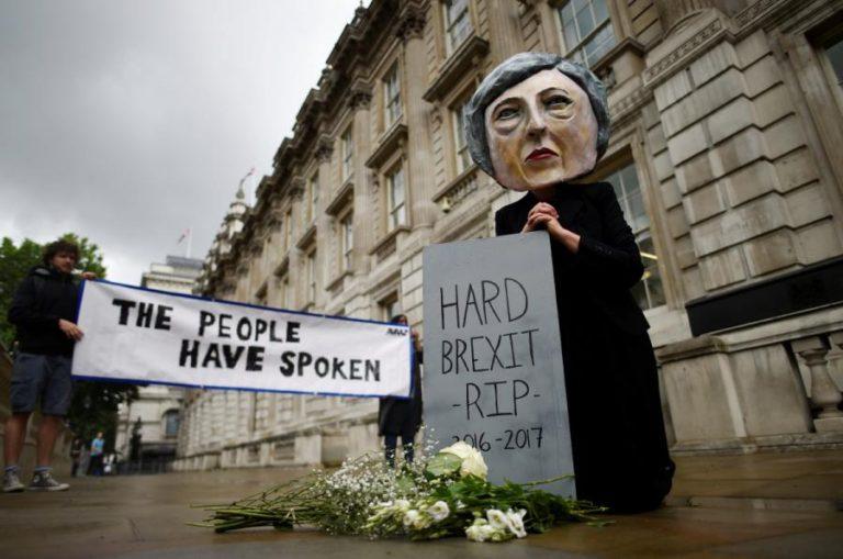 """Βρετανία – Εκλογές: Περίγελος η Μέι – """"RIP hard Brexit""""! Χάος και ανησυχία στην Ευρώπη"""
