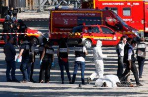 Συναγερμός στο Παρίσι – Εικόνες σοκ! Νεκρός στον δρόμο ο δράστης – Οπλοστάσιο το αμάξι του