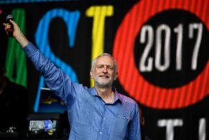 Rock star ο Τζέρεμι Κόρμπυν στο θρυλικό φεστιβάλ Glastonbury! [vid, pics]
