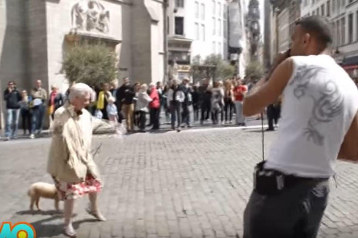 Αυτή η γριούλα χορεύει στους ρυθμούς του μουσικού και το κοινό παραληρεί! [vid]