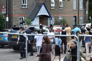 """Λονδίνο: """"Ντροπή σου""""! Εξαγριωμένο πλήθος """"την έπεσε"""" στη Μέι για την τραγωδία στον ουρανοξύστη"""