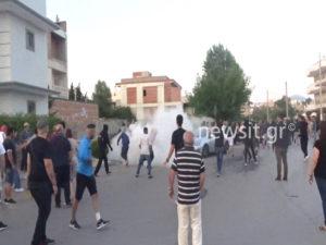 Μενίδι: Χάος στην πορεία διαμαρτυρίας κατά των Ρομά! Μολότοφ και φωτιές σε σπίτια