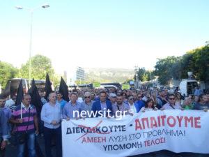 """Μενίδι: """"Έξω η πρέζα!"""" – Οργισμένοι κάτοικοι με μαύρες σημαίες στο υπ. Προστασίας του Πολίτη"""