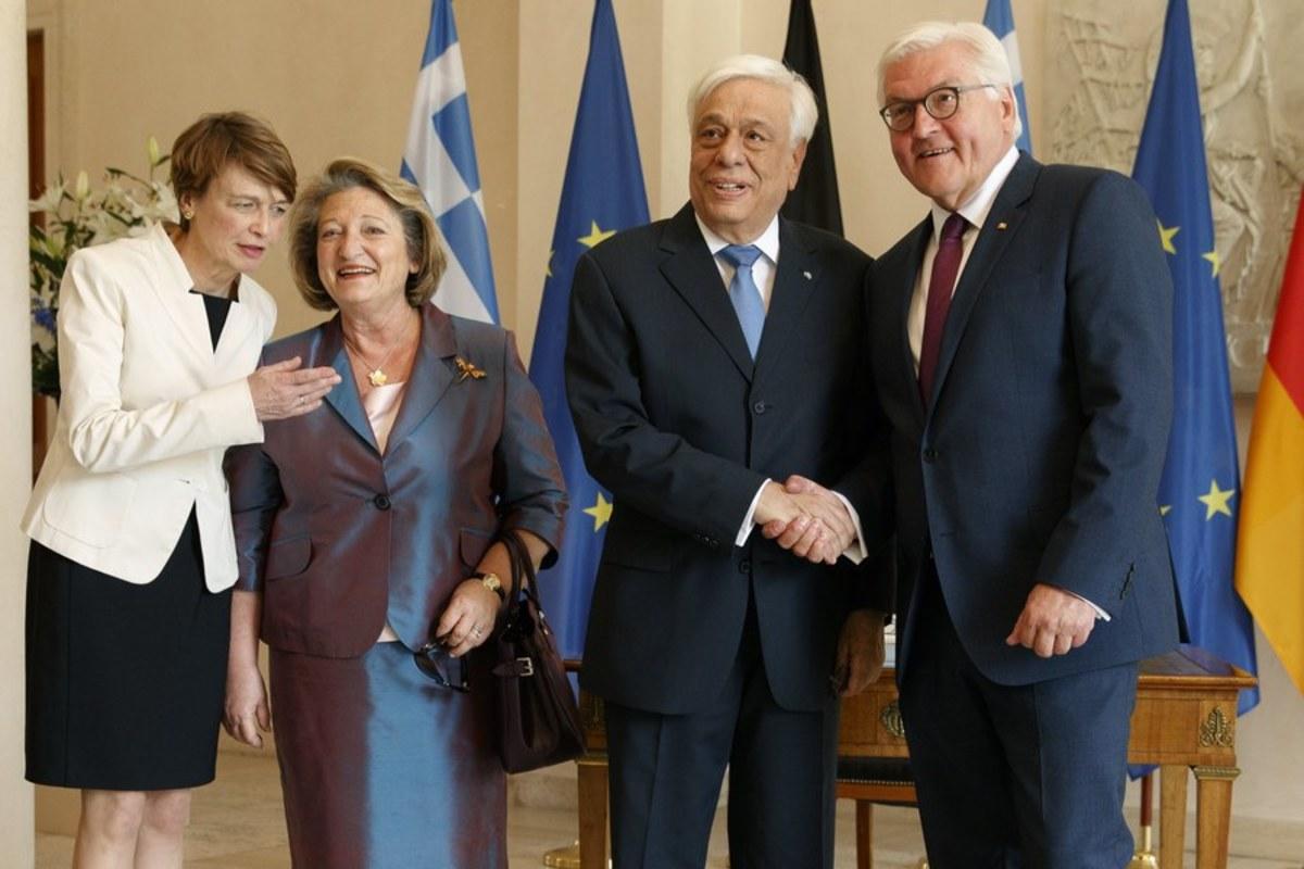 Χαμόγελα και αγκαλιές στην συνάντηση Παυλόπουλου – Σταϊνμάγερ: Βόλτα  στο Προεδρικό Μέγαρο