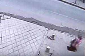 Την…κατάπιε το πεζοδρόμιο – Πώς κατάφερε να τη σώσει ο οδηγός ταξί [vid]