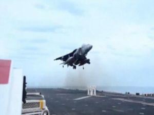 Προσγείωση μαχητικού σε… σκαμνί! Απίστευτο βίντεο