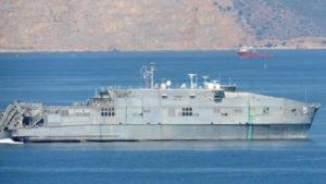 Αμερικανικό καταμαράν πέρασε από το λιμάνι του Πειραιά [vid]