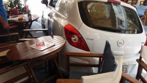 Ξάνθη: Έκανε όπισθεν και σκόρπισε τρόμο – Το αυτοκίνητο κατέληξε στην καφετέρια [pics]