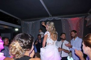Πάτρα: Ο χορός της νύφης έκλεψε την παράσταση – Δείτε τις φωτογραφίες από το γαμήλιο γλέντι που συζητήθηκε [pics]