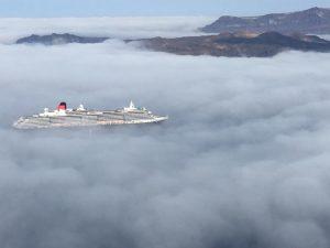 Σαντορίνη: Απίστευτες φωτογραφίες με τα σύννεφα να καλύπτουν τη θάλασσα – Μαγικές εικόνες στην καλντέρα (Φωτό)!
