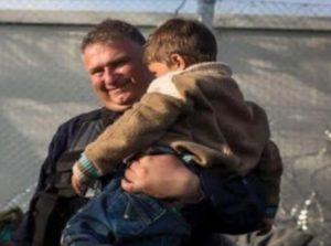Ειδομένη: Βράβευση αστυνομικού μετά από αυτή τη φωτογραφία που έκανε θραύση στο facebook [pics]