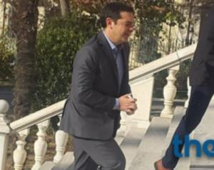 Θεσσαλονίκη: Υποδοχή με συνθήματα στον Αλέξη Τσίπρα – Η αντίδραση του πρωθυπουργού [vids]