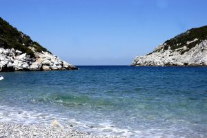 """Σκόπελος: Βούτηξε σε διάσημη παραλία και βγήκε όσο πιο γρήγορα μπορούσε – Η εικόνα που τον """"πάγωσε""""!"""