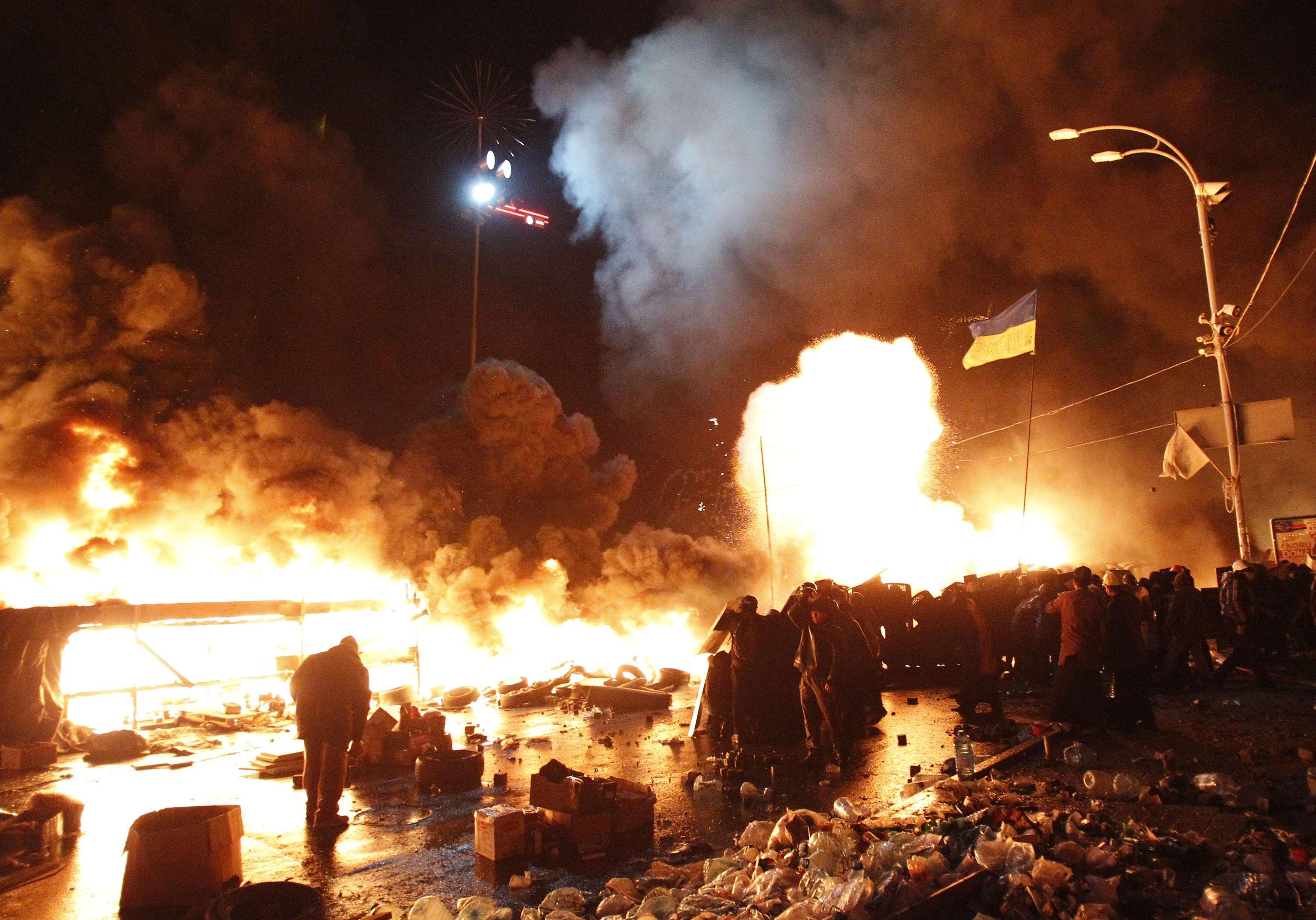 Σκηνές… πολέμου στο Κίεβο με φωτιές και αίμα – Η αστυνομία περικύκλωσε τους διαδηλωτές – Προσοχή! Σκληρές εικόνες – ΔΕΙΤΕ LIVE