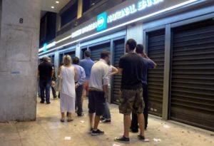 Δημοψήφισμα: Τα μεσάνυχτα τους βρήκε στην ουρά της τράπεζας – Αγωνία μπροστά από το ΑΤΜ για ανάληψη χρημάτων!