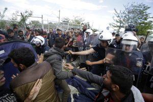 Ειδομένη: Επεισόδια με πετροπόλεμο, χημικά και τραυματίες – Σύρραξη στην κλειστή σιδηροδρομική γραμμή!