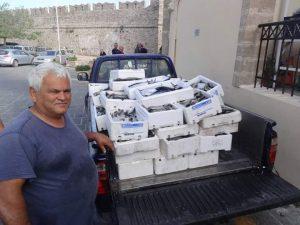 Ρόδος: Μουσουλμάνος καπετάνιος μοίρασε 1 τόνο ψάρια σε άπορους – Ποιος είναι ο καπετάν Τσετίν [pic]