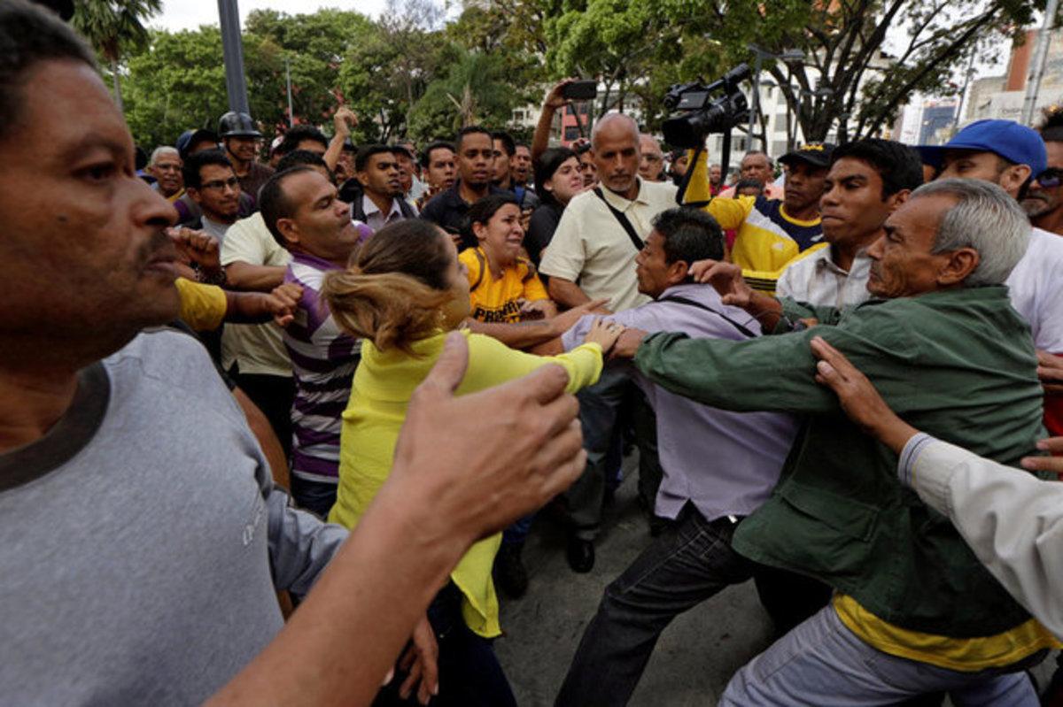 Βενεζουέλα: Πραξικόπημα, διαμαρτυρίες, ξύλο και άδεια στομάχια [pics, vid]