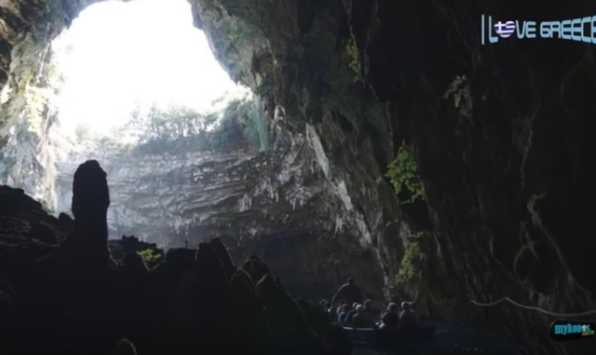 Κεφαλονιά: Η λίμνη που μαγεύει τους επισκέπτες της – Περιηγηθείτε μέσα από το βίντεο!