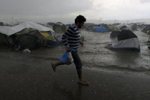 """Ειδομένη: Οι λάσπες """"πνίγουν"""" τους μετανάστες – Παραμένει μπλοκαρισμένη η σιδηροδρομική γραμμή!"""