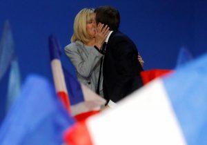 Γαλλία – Εκλογές: Η λατρεία του Μακρόν στην κατά 20 χρόνια μεγαλύτερη Μπριζίτ του – Τα καυτά τους φιλιά [pics]