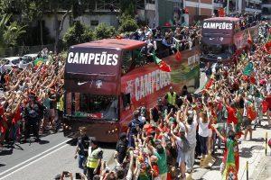 Υποδοχή ηρώων στον Κριστιάνο Ρονάλντο και την παρέα του – Όλοι στους δρόμους της Λισαβόνας