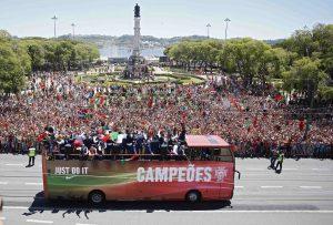 Υποδοχή ηρώων στους Πρωταθλητές Ευρώπης! Χιλιάδες Πορτογάλοι βγήκαν στους δρόμους!