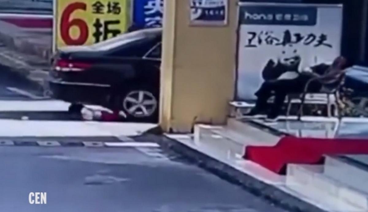 Σοκαριστικό βίντεο! Πάτησε κοριτσάκι 2 φορές με το αυτοκίνητο