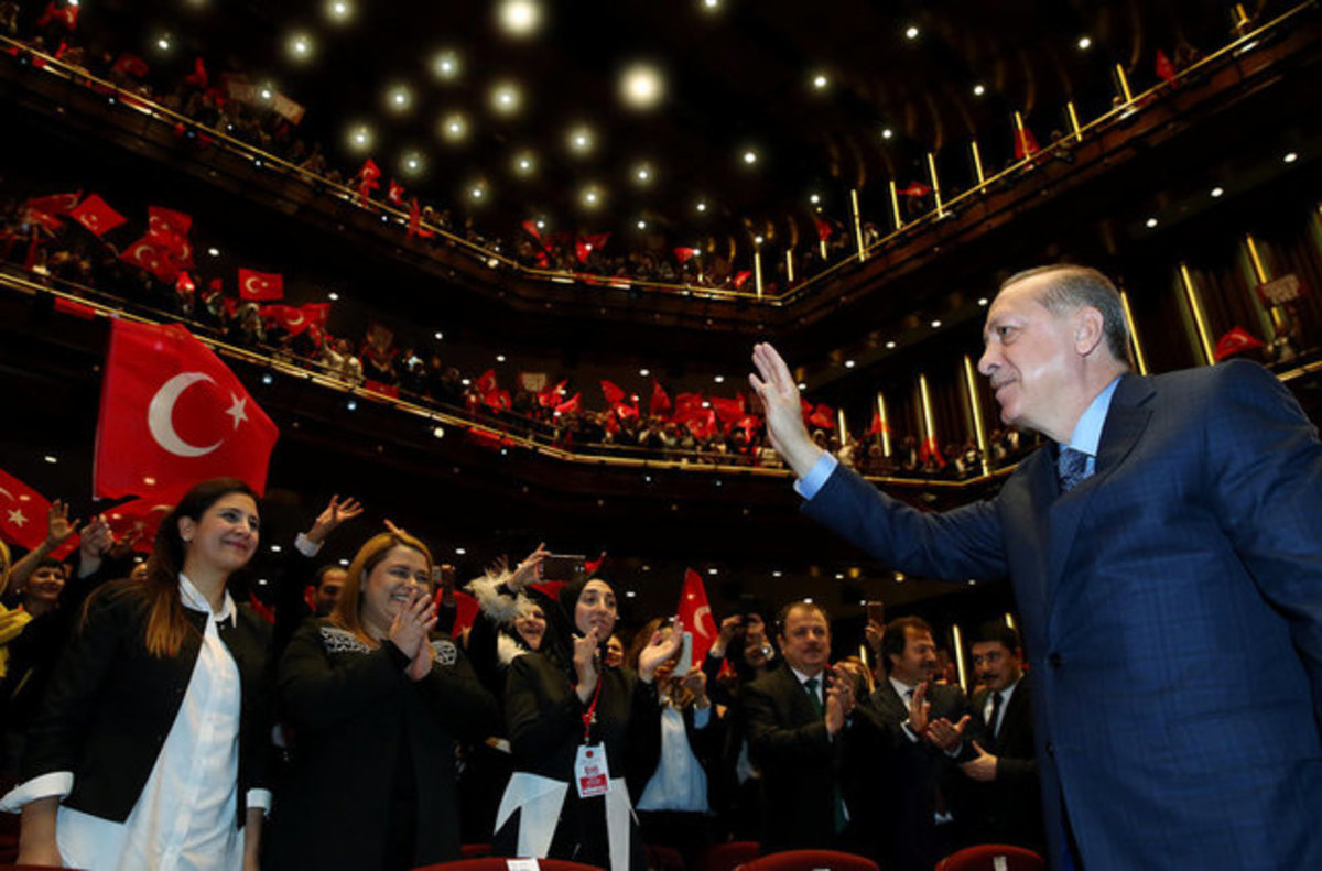 """Ο πόλεμος της τουλίπας συνεχίζεται! Ο Ερντογάν """"έκλεισε"""" το ολλανδικό booking"""