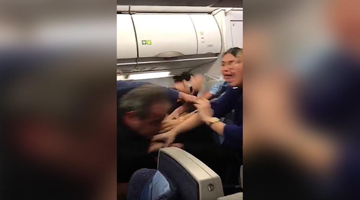 Έπαιξαν ξύλο για την αεροσυνοδό! Αναγκαστική προσγείωση [vid]
