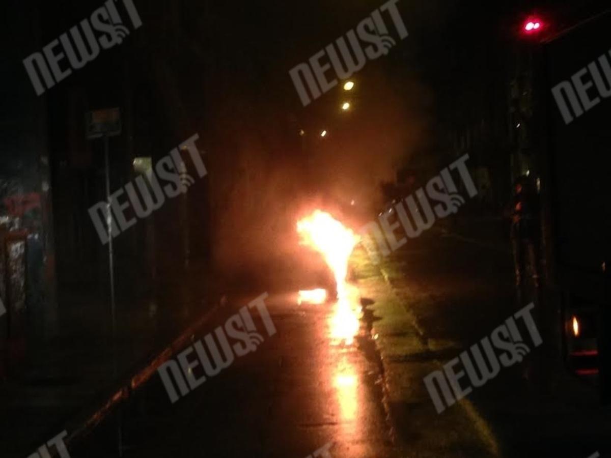 """Νύχτα επεισοδίων στο κέντρο – Κουκουλοφόροι εισέβαλαν στο Πολυτεχνείο – """"Βροχή"""" από βόμβες μολότοφ κατά αστυνομικών (ΦΩΤΟ-ΒΙΝΤΕΟ)"""